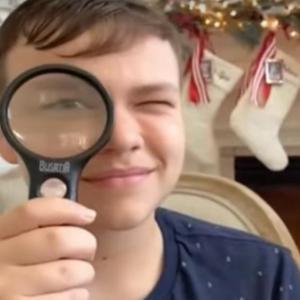 クリスマスプレゼントにもらった虫眼鏡で家の庭を焼いてしまった少年にビックリ!