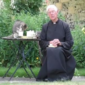 カンタベリー大聖堂の朝の礼拝中継に一緒に映るトラネコが可愛い!(イギリス)