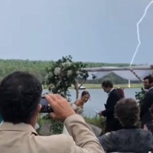 新郎が結婚の誓いのスピーチをする大切な場面ですぐ傍に雷が落ちるというハプニング