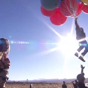 ヘリウム風船52個にぶら下がり、高度7,620mまで!奇術師の本気の挑戦がすごい