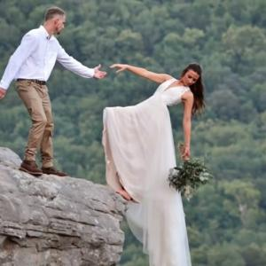 思い出に残る結婚写真のために選んだ撮影場所は高い崖の上(アメリカ)