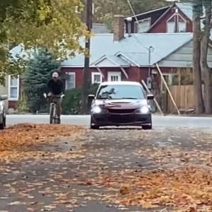 公道では要注意!愛車の撮影中に自転車に乗った男性が転倒し激しい口論に