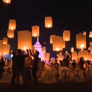 夜空に浮かぶ千ものランタンが幻想的!タイの有名なお祭りが開催されました