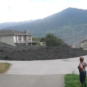 「スイスは泥でさえ綺麗だね」小さな村に土砂が流れ込む様子を近隣住民が撮影、危機感がまったく感じられない(汗)