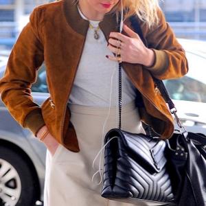 【アンバー・ハード】茶色ブルゾン×バニラ色パンツの媚びない空港スタイル!