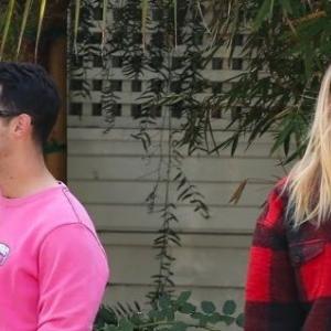 【ソフィー・ターナー】夫ジョー・ジョナスと赤×ピンクで合わせてお出かけ!