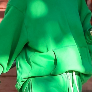 【ヘイリー・ビーバー】お肌が綺麗!アイキャッチな緑色スウェット上下でお出かけ!