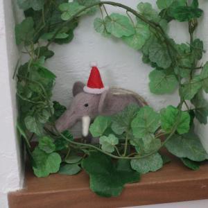 クリスマスに象の飾り。