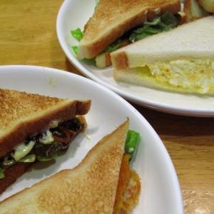 テリヤキチキンと卵のサンドイッチ