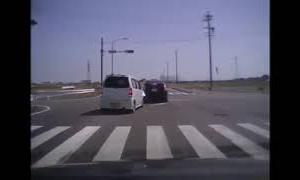 暴走ワゴンRがプリウスに激突!どんな運転したらこんな事故に成るのでしょ?