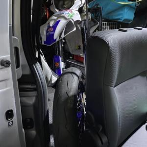 NV350 セカンドシート出したままバイクを積む! その2