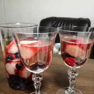 麒麟が来るで川口春奈演じる帰蝶こと濃姫(苺)をほかのベリーたちと白ワインで漬けるよ| いちごの浅漬けサングリア