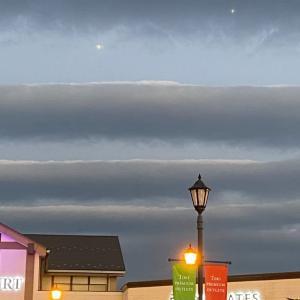 ショッピングモール夕景 雲と一番星