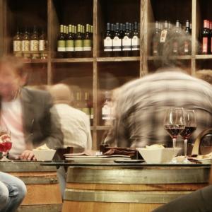 飲み会で盛り上がる話題10選|これさえ知っていれば会話に困らない!
