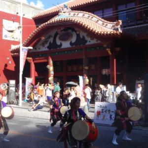 国際通りの一万人のエイサー踊り隊