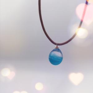 ブルーの滴ガラスネックレス、インスタ @tiara.glass