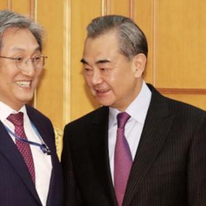中国の王毅外相、韓国に圧力「THAAD解決しなければ習主席訪韓ない」〜ネットの反応「属国扱いじゃんww」「DV夫から蹴られても殴られても付いていく嫁さんっておるよな」「試しに中国製品の不買とかしてみたらどうだろう」