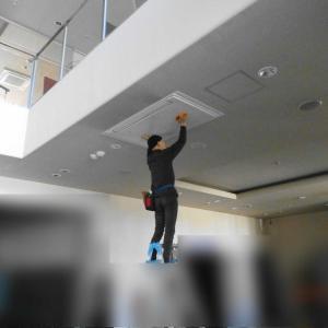 天井埋め込み型エアコンのフィルター掃除