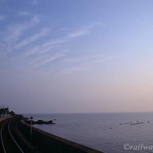 夕陽に染まる空、海、そして駅…