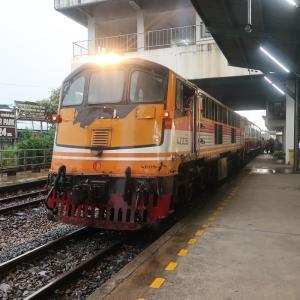 タイ国鉄の旧型客車でスワンナプーム空港へ向かう。