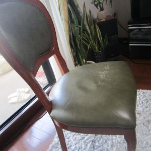 猫脚椅子の皮の張替え作業