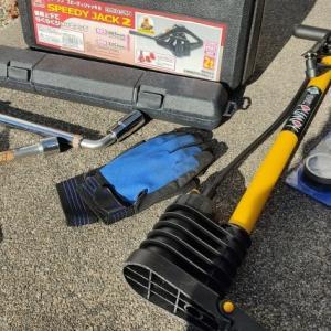 車のタイヤを簡単に交換する方法と便利ツールを紹介します。