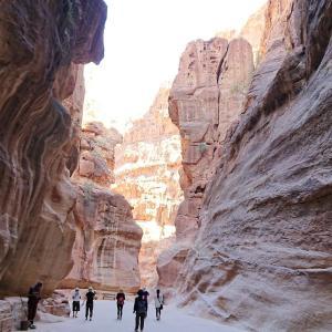 """""""神秘のペトラ遺跡""""旅行記ブログ-9 1.2kmも続く岩山が裂けたような渓谷「シーク」を歩く編"""