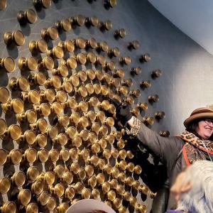 カフェ・ブリストル入口にある著名人の名前が入った壁を眺める編-ポーランド旅行記-59