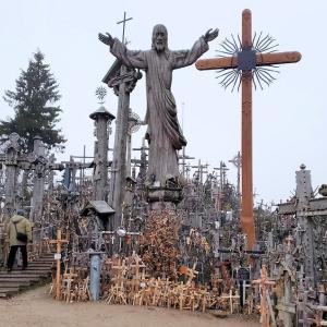 シャウレイ十字架の丘に乱立する数万本の十字架の意味とは-バルト三国旅行記-20