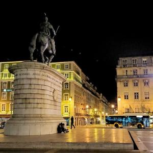 地下鉄に乗り込みフィゲイラ広場へ到着後は、夜のリスボン市内の散策開始-ポルトガル旅行記46