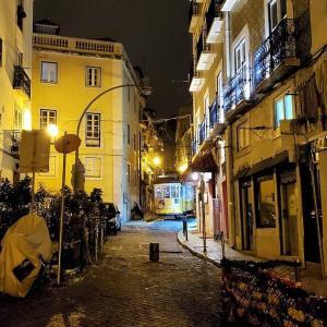 夜のリスボンでファドの歌声を求めて、迷路のようなアルファマ地区を彷徨う-ポルトガル旅行記47