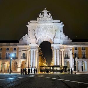 夜のバイシャ地区でコルメシオ広場やサン・ジュスタのエレベーターを眺める-ポルトガル旅行記49