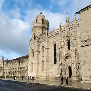 マヌエル様式の最高傑作と言われるジェロニモス修道院の前に立つ-ポルトガル旅行記50