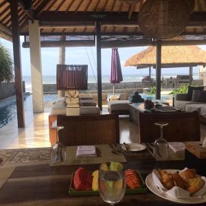 バリ島のanapuriヴィラ!ウェディングの前にみんなで朝食だー!