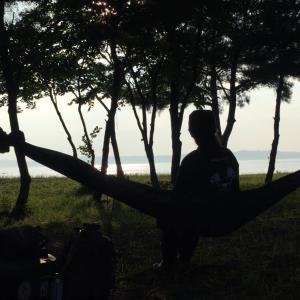 真夏のソロキャンプ2020:マルシンハンバーグ焼いて、タープ無しハンモック泊で、ヒロシさんの本読書キャンプ