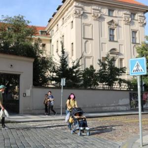 ストラホフ修道院のわきの地ビール店でパパが長女にビンタする(2019.9 子連れチェコ・ドイツ旅 #62)