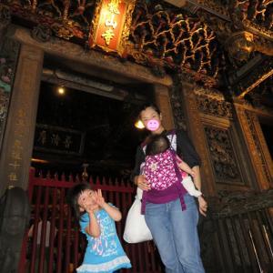 夜の龍雲寺&台北の夕食はフードコートで(0歳&4歳:子連れ台湾周遊旅 ♯18)