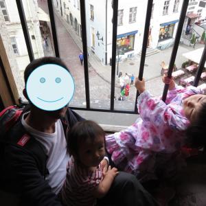 タリン:ラエコヤ広場の旧市庁舎で次女が恐らく完全復活(1歳&4歳:子連れスウェーデン・フィンランド・エストニア旅 ♯66)