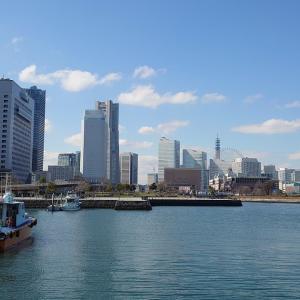 横浜の波止場付近の駐車場 車高の高いハイエースをとめる