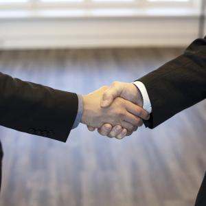 同僚と喧嘩をした次の日、先手を取って仲直りする方法【場を支配する】