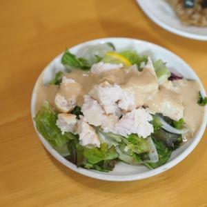 サラダチキンのサラダと冷凍しておいた炊き込みご飯