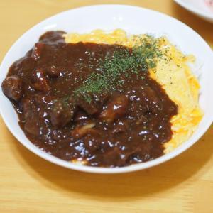 ビーフシチューオムライスとキュウリ・大根・ニンジンの彩りサラダ