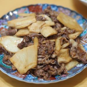 エリンギとたけのこと牛肉のオイスターソース炒めと海藻サラダ