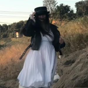 【強風】美女のモンロードレスとライダースジャケットが煽られて翻る