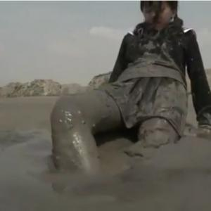 【セーラー服】制服少女が泥に沈む!スカートも茶色く汚れるメッシー