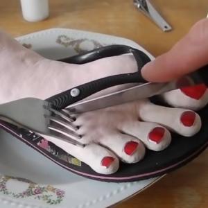 【カニバリズム】ゲテモノ食いの極み!サンダルを履いた足が美味しい