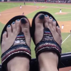 【足フェチ】サンダル履きの足が野球観戦!青いマニキュアがセクシー