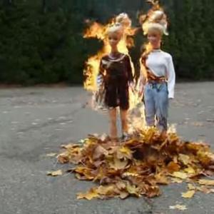 """【人形焼却】""""少女""""たちが燃える落ち葉焚き!服が焦げて体が溶ける"""