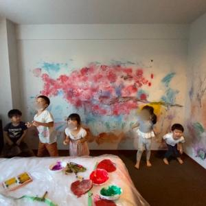 【親子でアート🎨】落書きホテルでスイミーの壁画制作✨