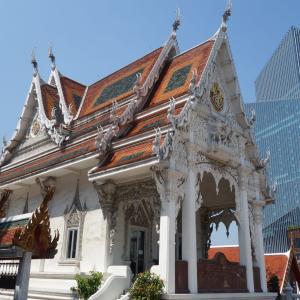 高層ビルに囲まれた都会の寺院 ワットファランポーンに行ってきた